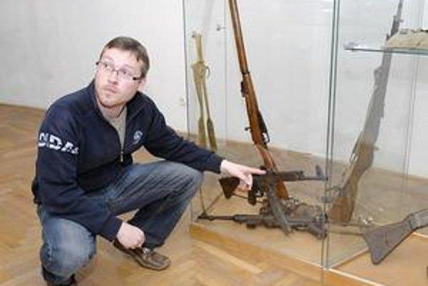 Zaujímavé exponáty. Historik Martin Jarinkovič pri nemeckej Stg 44.