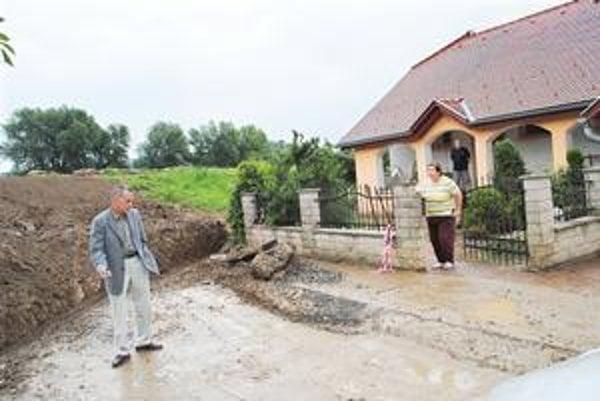 Provizórny rigol vedľa domu Paškovcov. Vykopal ho starosta (vľavo) s miestnymi chlapmi a hasičmi.