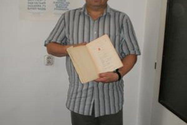 Vladimír Miroššay s knihou, ktorú mu pri odchode zo Sudet podpísali všetci jeho kamaráti.