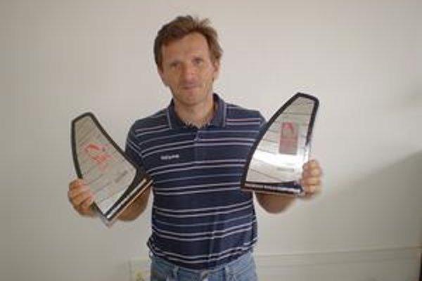 Patrik Pollák pózuje so svojimi trofejami z majstrovstiev sveta.