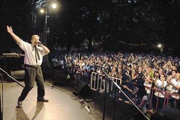 Bolo plno. Do Kasární prišla asi tisícka fanúšikov. Janko Kuric s nimi viedol uvoľnenú debatu, tancoval a spieval.