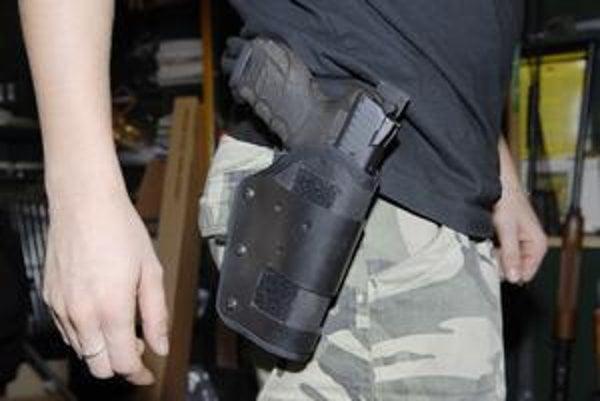 Zákaz. Mastná pokuta hrozí aj za takéto viditeľné nosenie zbraní.