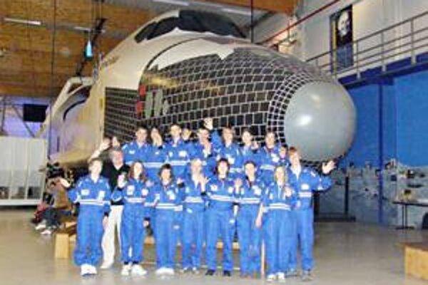 Minuloročná posádka. Takéto bolo zloženie posádky z víťazov v Európskom kozmickom centre v Belgicku.