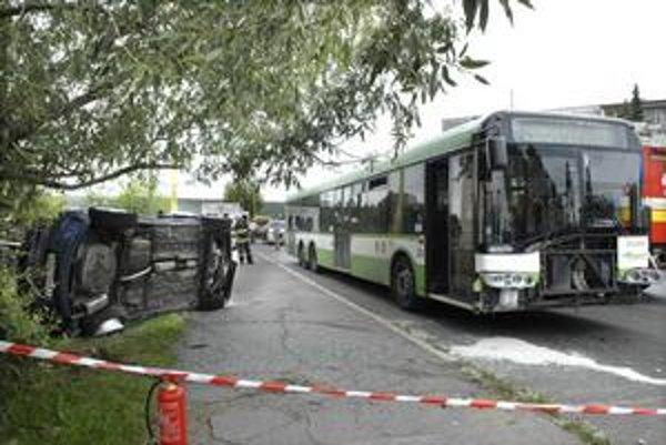 Miesto nehody. Po krkolomnej jazde skončil Opel prevrátený na boku, poškodil aj autobus.