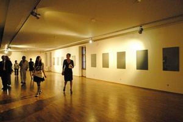 Oklieštená výstava. Veľká časť expozície zíva prázdnotou, vďaka sporu riaditeľky s vedením múzea v Medzilaborciach.