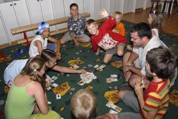 Rôzne hry. Aj takto sa môžu deti zabaviť počas leta.