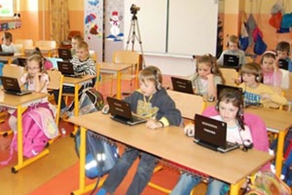 Žiaci Základnej školy Jána Švermu v Humennom používajú ergonomický notebook s dotykovým displejom. Sú vybavené softvérom na jednoduché preberanie súborov medzi učiteľom a žiakmi a medzi žiakmi navzájom.