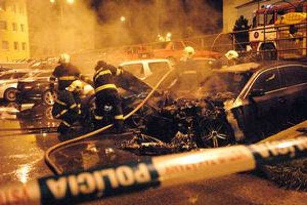 Požiar na Krosnianskej 91. Autá v košických uliciach naďalej horia.