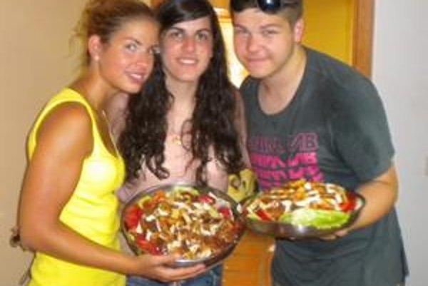 Slovenský vyprážaný syr je hotový. Zľava Lucia, Španielka Bea, ktorá Slovákom pomáhala a Patrik.