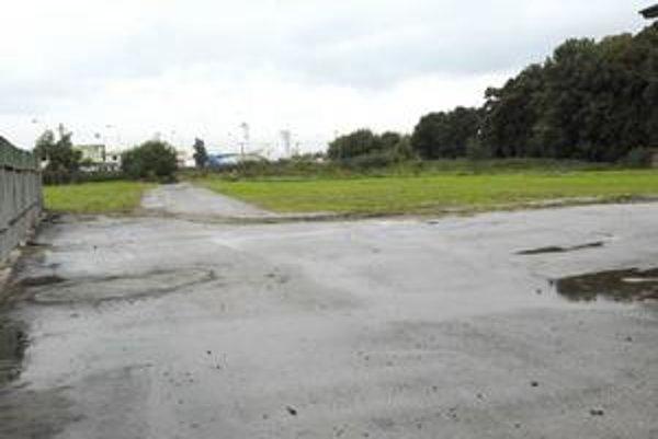 Súkromný cintorín. Polovicu jeho pozemku na Rastislavovej odkúpila spoločnosť Rekviem. Pochovávať tam chce už v budúcom roku.