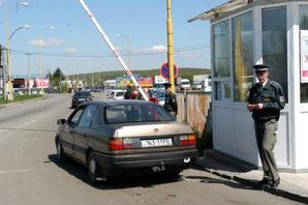 Hraničný priechod Vyšné Nemecké. V roku 2005 tu pri záťahu vo veľkom štýle zatkli štvrtinu personálu hraničného oddelenia. Prvá z obvinených - policajtka - pozná verdikt o svojej nevine.
