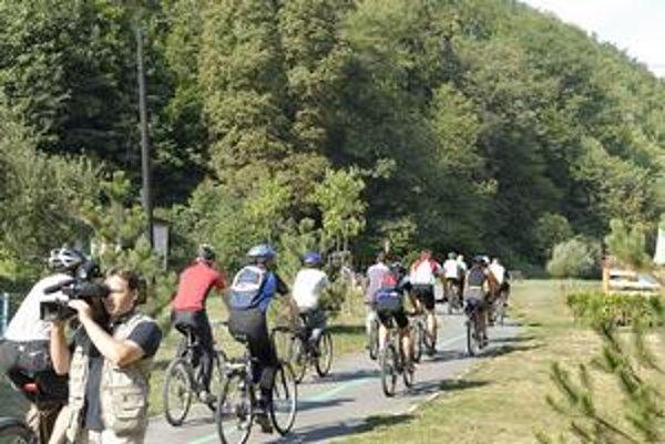 Lesy lákajú cyklistov. Cykloturistika si nachádza stále viac vyznávačov. Cesty vedúce lesným prostredím sú plné cyklistov.
