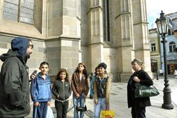 Sprievodkyne centrom. Martin, Simona, Žaneta, Anička a Nikola sa z Čekyho prítomnosti tešili.