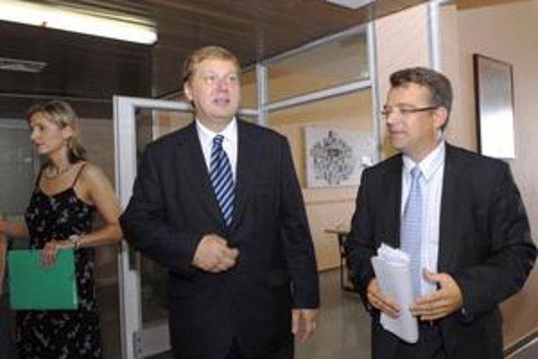 Jaroslav Šajty. Minister Uhliarik (vpravo) mu včera odovzdal odvolávací dekrét.