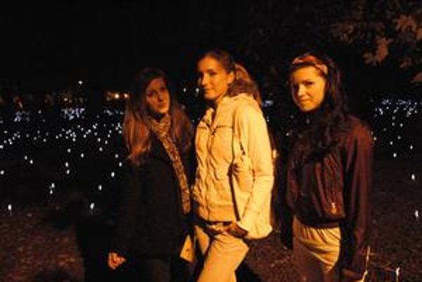 Hana, Alena a Dominika. Svietiace lyžičky v parku si nevedeli vynachváliť.