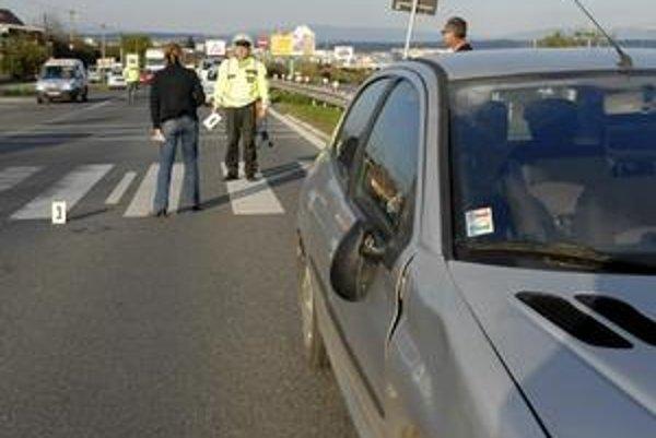 Po nehode. Vodička vysvetľuje policajtovi, čo sa stalo.