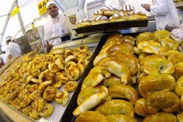 Snaha zákonodarcov zakotviť predaj baleného pečiva do legislatívy sa nestretáva s úspechom. V Česku už zrušili povinnosť baliť šišky, u nás balenie pečiva parlament neschválil.
