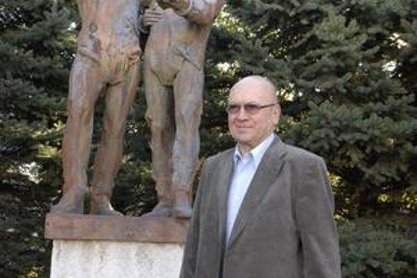 V. Remek v bývalej košickej leteckej akadémii pri súsoší s jeho a Gubarevovou tvárou. Podobných bolo v Československu viac, po roku 1989 niektoré odstránili.