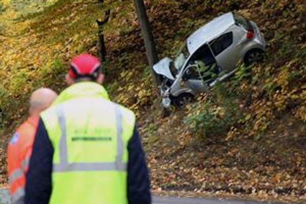 Nehoda. Alkoholom potúžený mladý vodič zišiel z cesty a zaparkoval na strome.