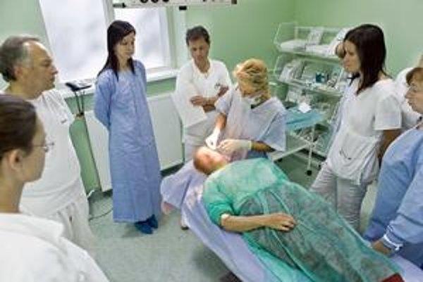 Dracula terapia. Pacientovi počas 30-minútového zákroku vpichnú omladzujúce sérum z vlastnej krvi.