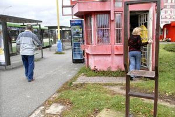 Železníky. Vykradnutý automat museli odviezť, zlodej z neho vybral stovky eur.