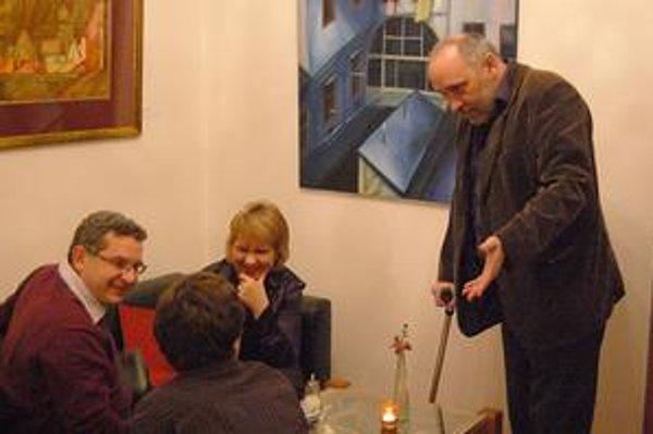 Výstava v Medzeve. Viktor Šefčík (vpravo) prezentuje svoju tvorbu po dlhšom čase.