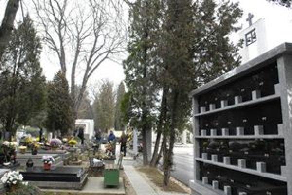 Nové kolumbáriá na verejnom cintoríne. Ľudia ich chcú viac ako tradičné hroby.