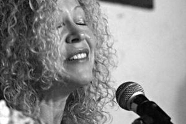 Lenka Lichtenberg, pôvodom Češka žijúca v Kanade patrí k najzaujímavejším osobnostiam jidiš scény. Koncertovať tu bude s umelcom svetového mena, Yair Dalalom.