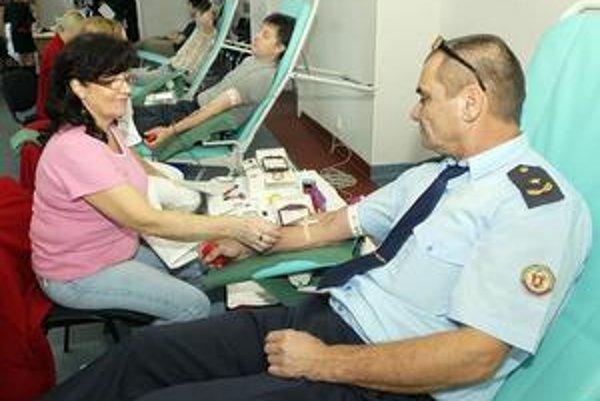 Muži v modrých uniformách. Krv prišli do Košíc darovať z celého kraja.