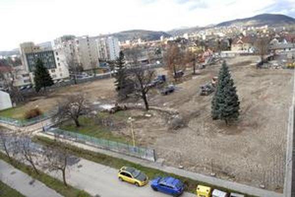 V objekte bývalých odevných závodov už ostali iba stromy.