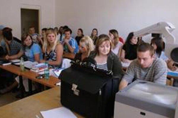 Študenti Vysokej školy v Sládkovičove, kde Mojmír Mamojka učí.