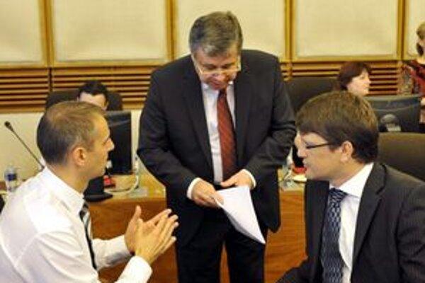 Nový košický primátor (vľavo s J. Mikolajom a M. Maďaričom) to chce skúsiť na dvoch frontoch. Parlamentné lavice sa nechystá opustiť hneď.
