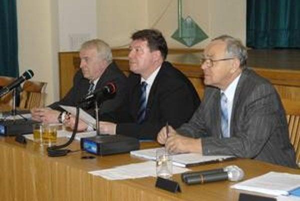 Starosta Grega (v strede) ostáva. Prednosta i zástupca budú noví. Forgáč (vpravo) odišiel do štátnej správy, Bástiho už nezvolili.