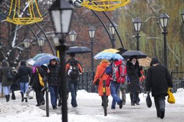 V Košiciach dnes predpoludním po snežení prišiel dážď, prinútil ľudí vytiahnuť dáždniky.