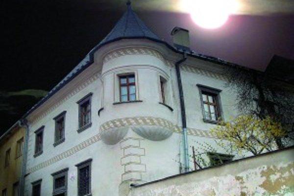 Kremnický renesančný bürglerovský dom pred dvoma storočiami zažil záhadnú vraždu. Dodnes sa v ňom vraj ozývajú čudné zvuky a raz sa záhadne rozletela mohutná lampa. Kto má tajomstvá rád, môže si ho kúpiť. Je na predaj.