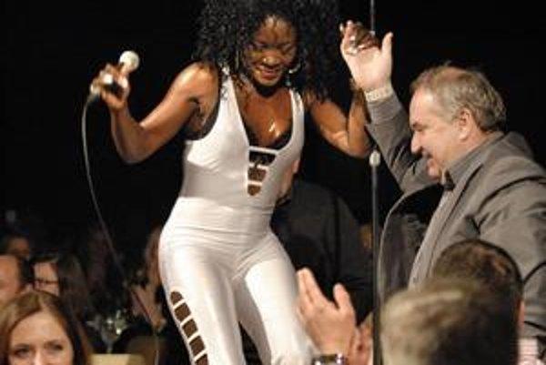 Spievala na stole. Energická Nicol J McCloud priviedla publikum do varu.