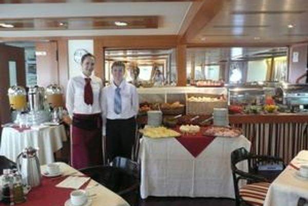 Všetko je pripravené, hostia môžu prísť. Lucia vpravo.