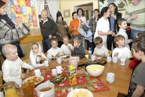 Vianočná besiedka. Deti si pre rodičov pripravili vianočný program.