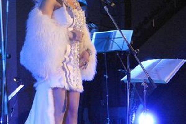 Bila15veja.JPGAnjelská Bílá. Zo speváčky počas celého večera vyžarovala pokora a pokoj. Jej koncert bol úžasným naladením pred prichádzajúcim Vianocami.