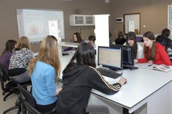 Deti si s počítačmi tykajú doma i v škole.