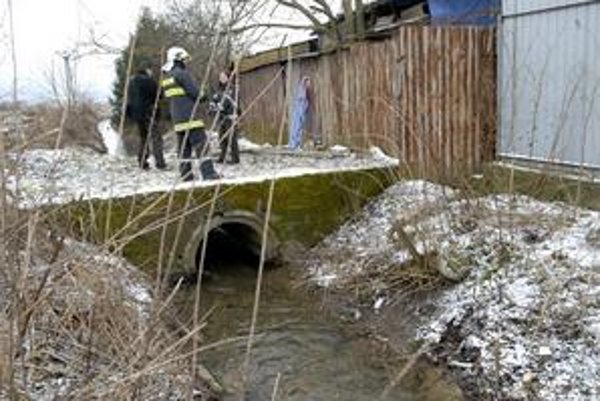 Miesto nálezu. V blízkosti mostíka objavili mŕtvolu.