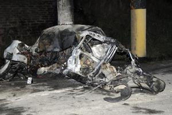 Osudné ráno. Po výbuchu palivovej nádrže auto vzbĺklo ako fakľa.