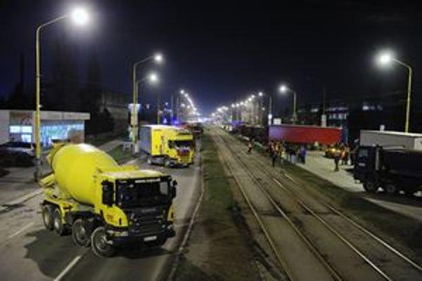 Dopravcovia zablokovali Južnú triedu v Košiciach.