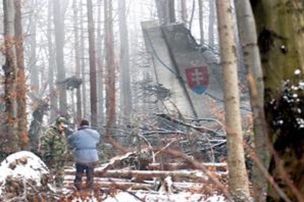 AN-24. Pri náraze do kopca sa rozletelo na kusy.