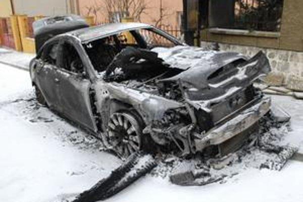 Zhorené auto. Jeho užívateľovi sa vraj predtým vyhrážali.