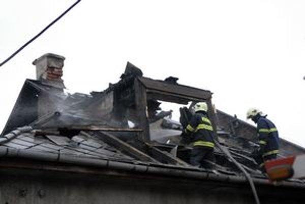Hasiči museli strechu rozoberať.