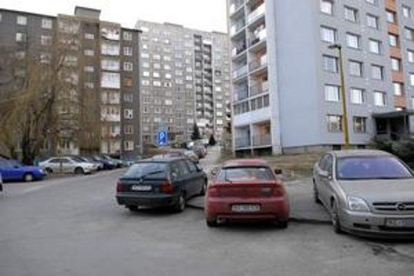 Tatranská ulica. Obyvatelia tu musia stáť na chodníkoch, parkovacích miest by malo byť čoskoro viac.