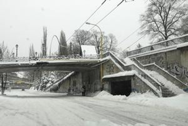 Košice sa skryli pod kopou snehu, ktorý stále padá.