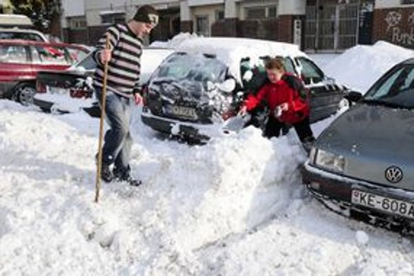 Asi najčastejší obrázok z Košíc týchto dní - veľké snehové upratovanie.