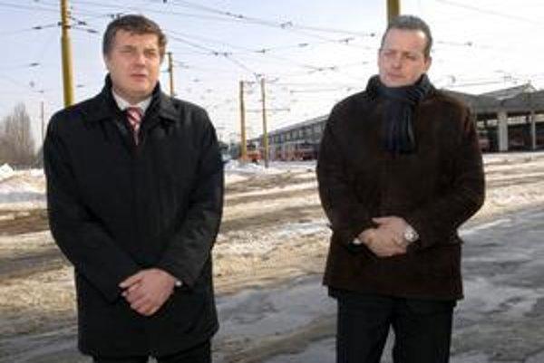 Šéfovia DPMK. O liste Ficovi informovali médiá M. Tkáč (vľavo) a predseda predstavenstva Igor Jutka.